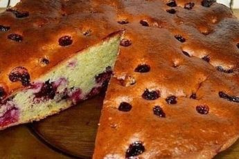 Быстрый пирог на сметане с ягодами