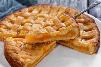 Обязательно приготовьте абрикосовый пирог, пока сезон! Выпечка с абрикосами потрясающая, тесто нежное, а начинка кисло-сладкая!