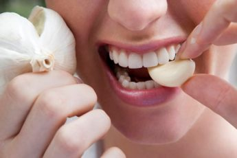 Она нарезала зубчик чеснока и положила его в рот. Результат просто ошеломляющий 1