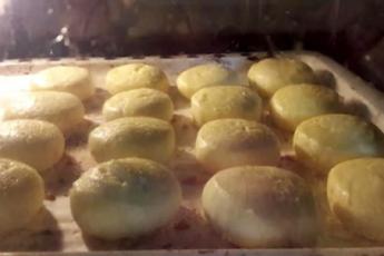 Самое время прекратить жарить сырники, а начать выпекать. Пышные и очень вкусные 1