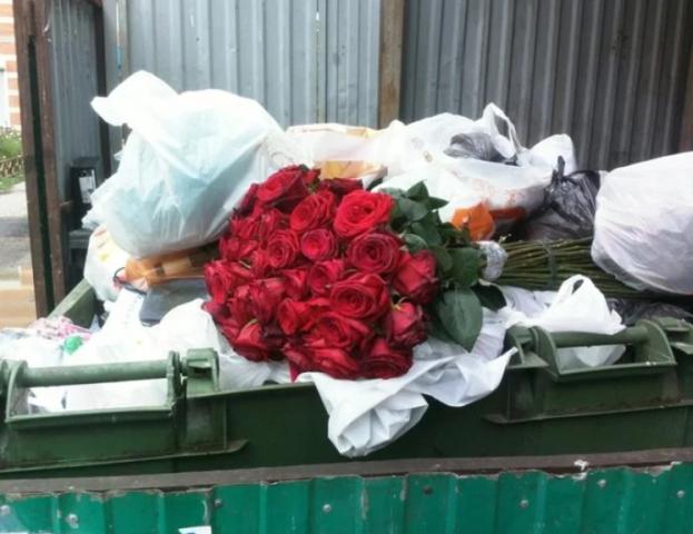 Увидела, как невестка выбросила букет в мусорку возле подъезда. Решила проследить, что будет дальше 1